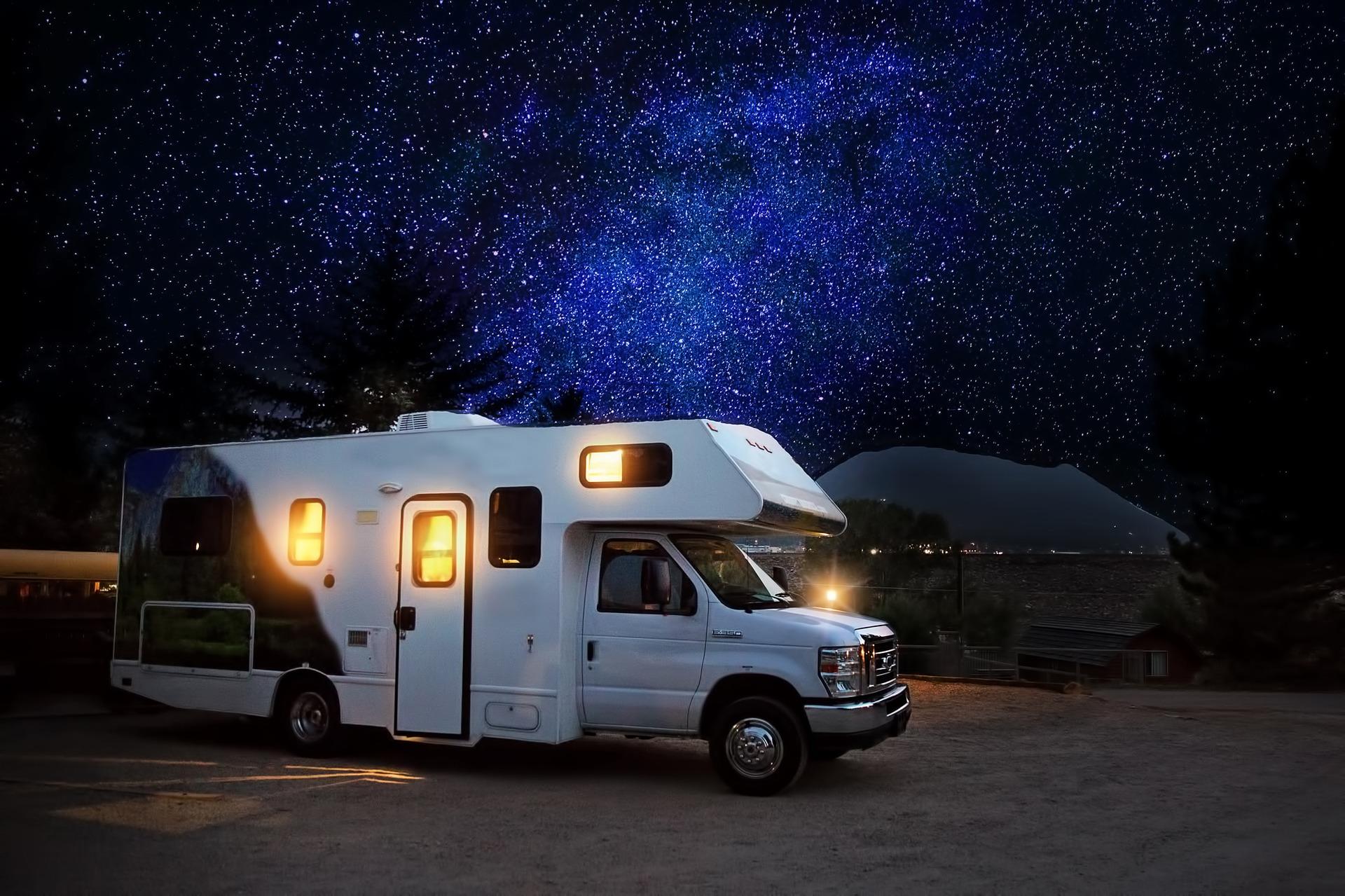Wohnwagen in der Nacht