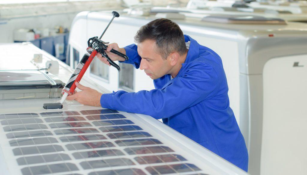 Mann intalliert Solar Panel