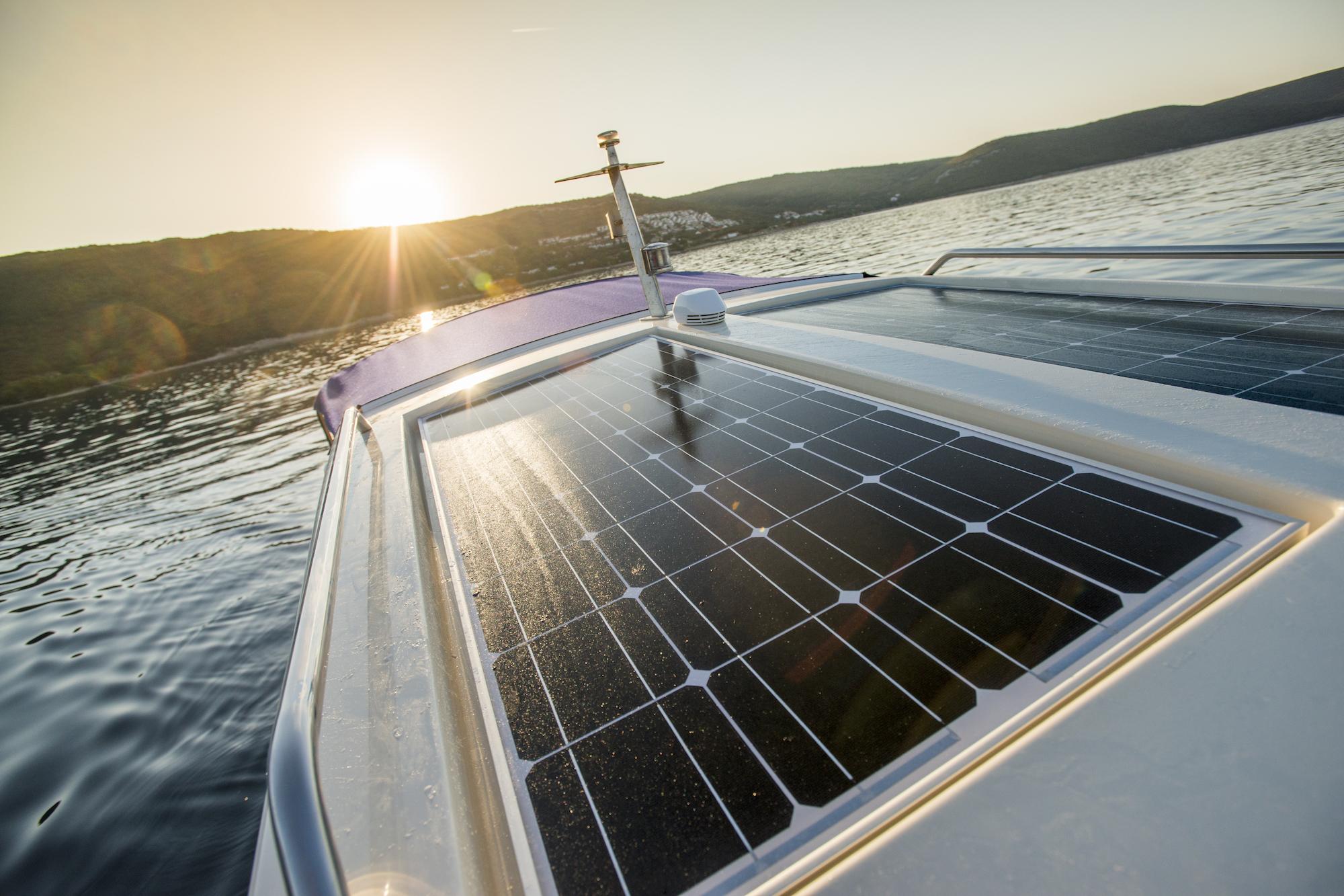 Luxury Yacht mit Solarpanel